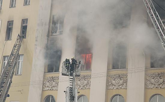 На месте тушения пожара вздании Министерства обороны России
