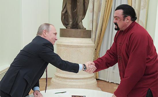 Владимир Путин (слева)вручает СтивенуСигалу паспорт гражданина России