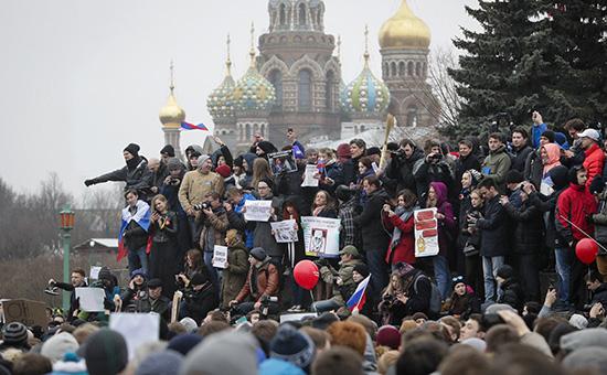 Участники акции против коррупции в Санкт-Петербурге. 26 марта 2017 года