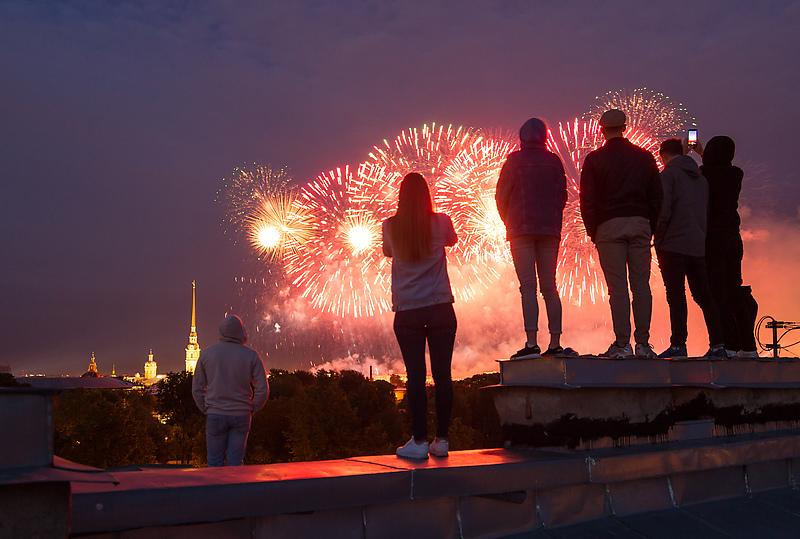 Петербургские руферы смотрят с крыши салют в честь праздника выпускников «Алые Паруса»
