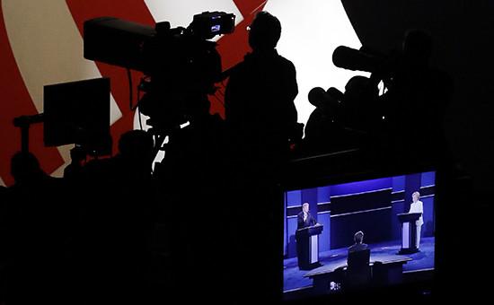 Кандидаты впрезиденты США Хиллари Клинтон иДональд Трамп наэкране вовремя записи финальных дебатов вЛас-Вегасе, 20 октября 2016 года