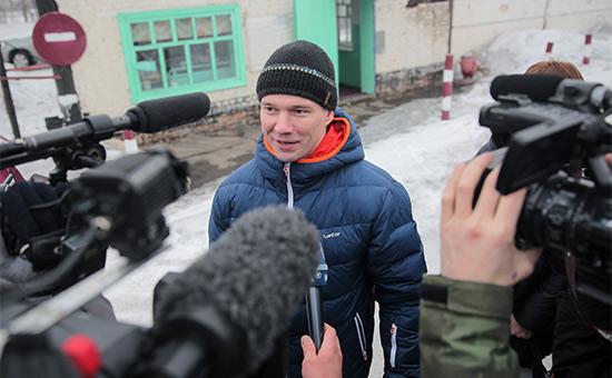 Ильдар Дадин вовремя общения сжурналистами послеосвобождения изисправительной колонии вгороде Рубцовске