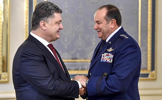 Президент Украины Петр Порошенко и командующий силами НАТО генерал Филип Бридлав на переговорах в Киеве 26 ноября