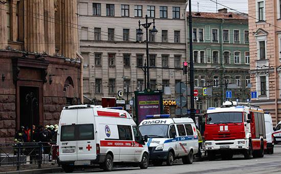 Сотрудники правоохранительных органов у станции метро «Технологический институт» в Санкт-Петербурге