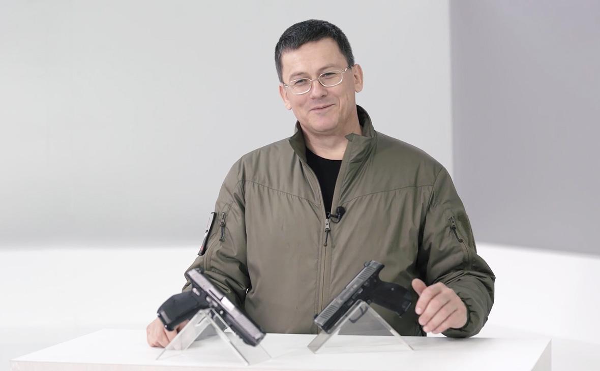 Конструктор Дмитрий Лебедев с пистолетомПЛ-15К