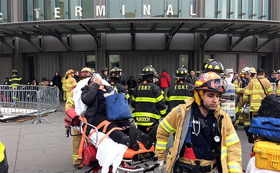 Полиция и пожарные эвакуируют пострадавших с места происшествия