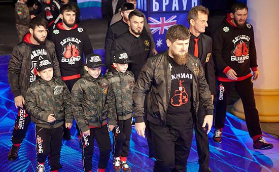 Глава Чечни Рамзан Кадыров (на первом плане) наофициальной процедуре взвешивания передбоем узбекского боксера, чемпиона мира поверсии WBA всупертяжелом весе Руслана Чагаева иавстралийского боксера Лукаса Брауна