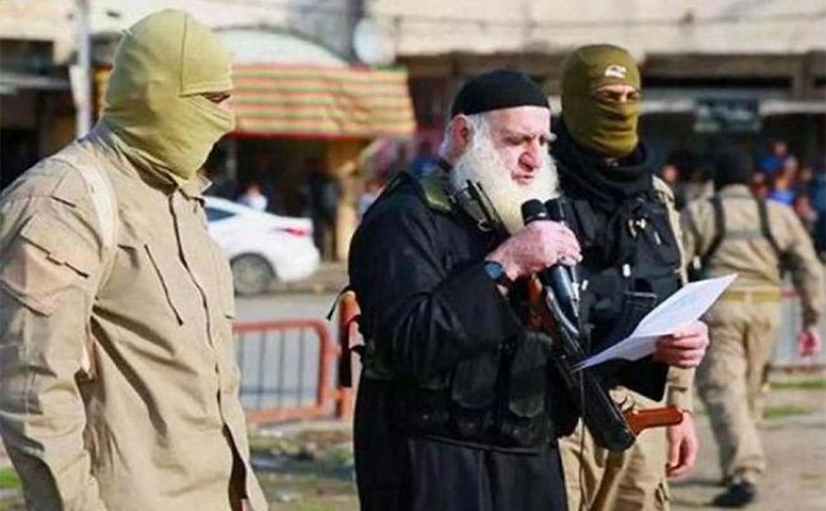 Абу Омер (в центре)