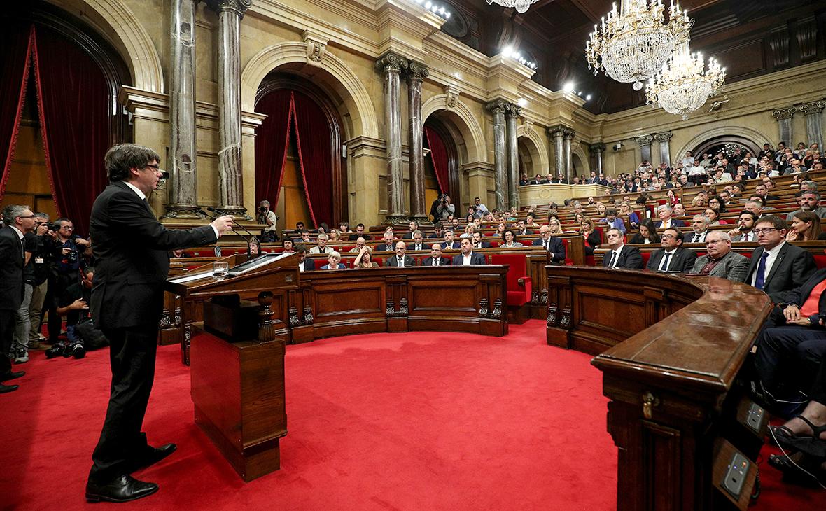 Карлес Пучдемон во время выступления перед парламентом. 10 октября 2017 года