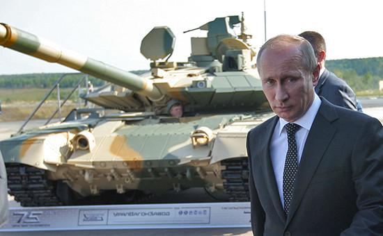 Президент России Владимир Путин осматривает танк Т-90АМ, 2011 год