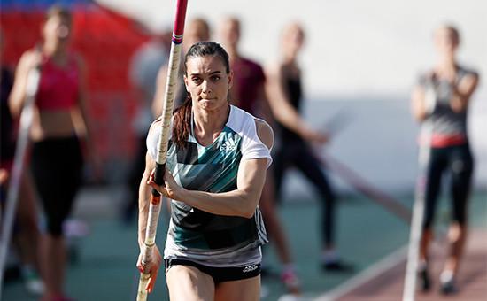 Спортсменка Елена Исинбаева во время соревнований по прыжкам с шестом на чемпионате России по легкой атлетике-2016