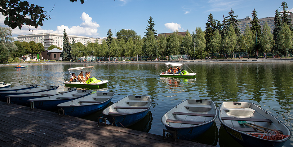 Прокат лодок и катамаранов в парке им. Горького в Москве