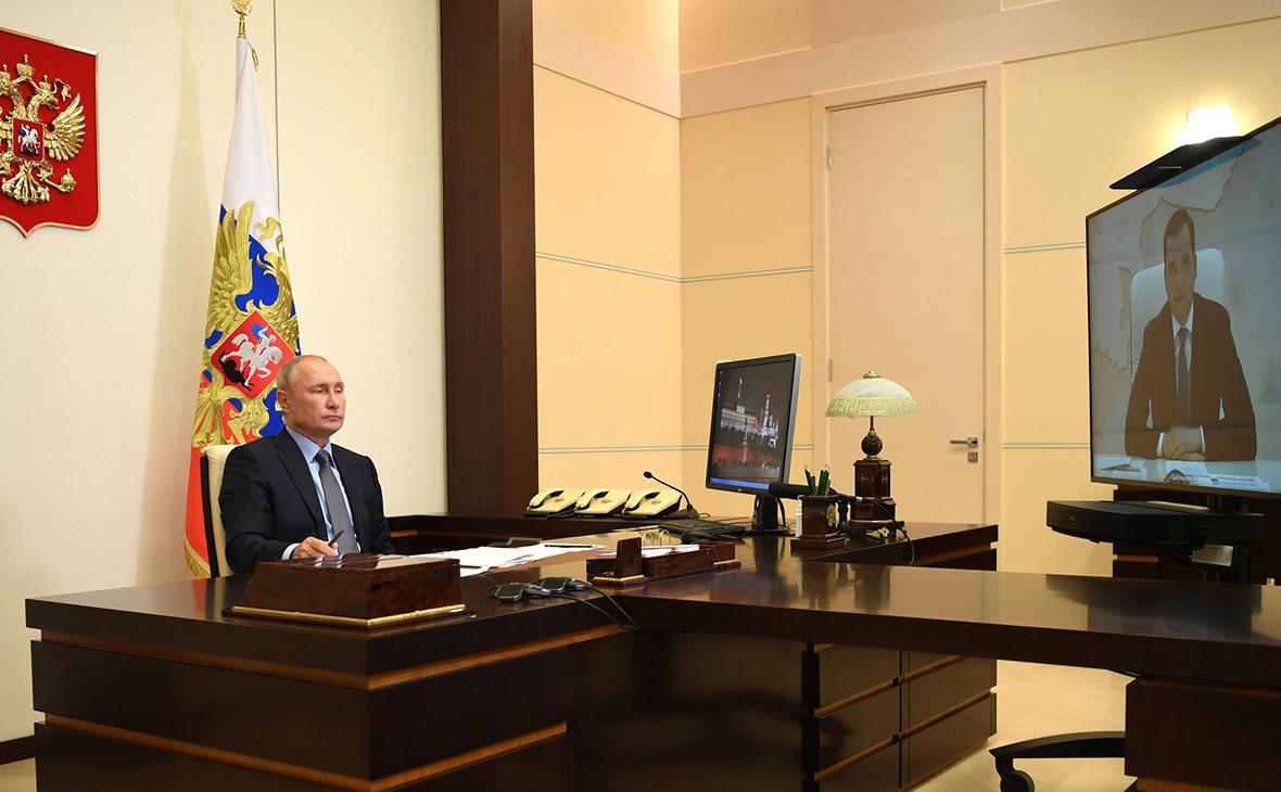 Владимир Путин во время рабочей встречи с Александром Цыбульским (в режиме видеоконференции)