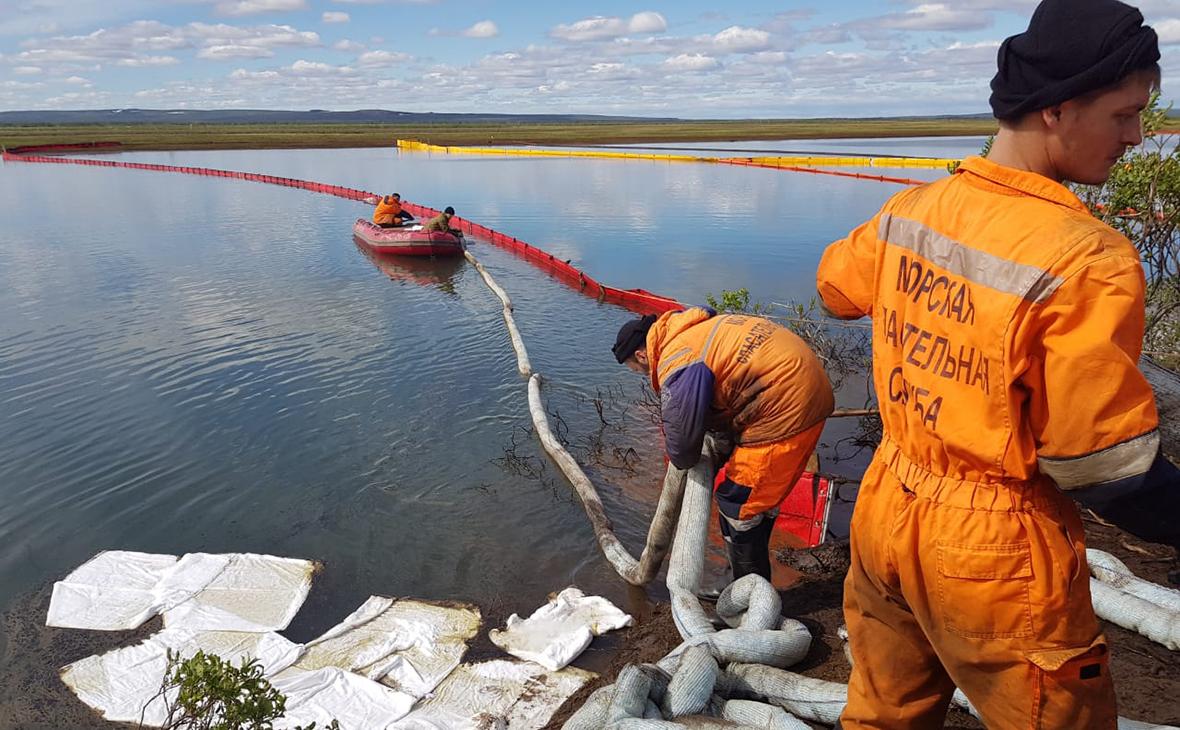 Команда спасателей в районе ликвидации последствий техногенной аварии под Норильском