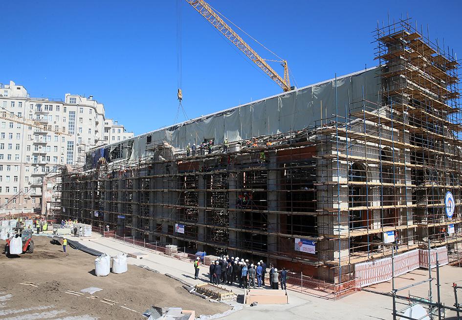 На строительной площадке по реконструкции ГЭС-2. ГЭС-2— первая городская электрическая станция московского трамвая, сейчас она выведена из эксплуатации. Реконструкцию многофункционального комплекса ГЭС-2 в центре столицы планируется завершить в 2020 году