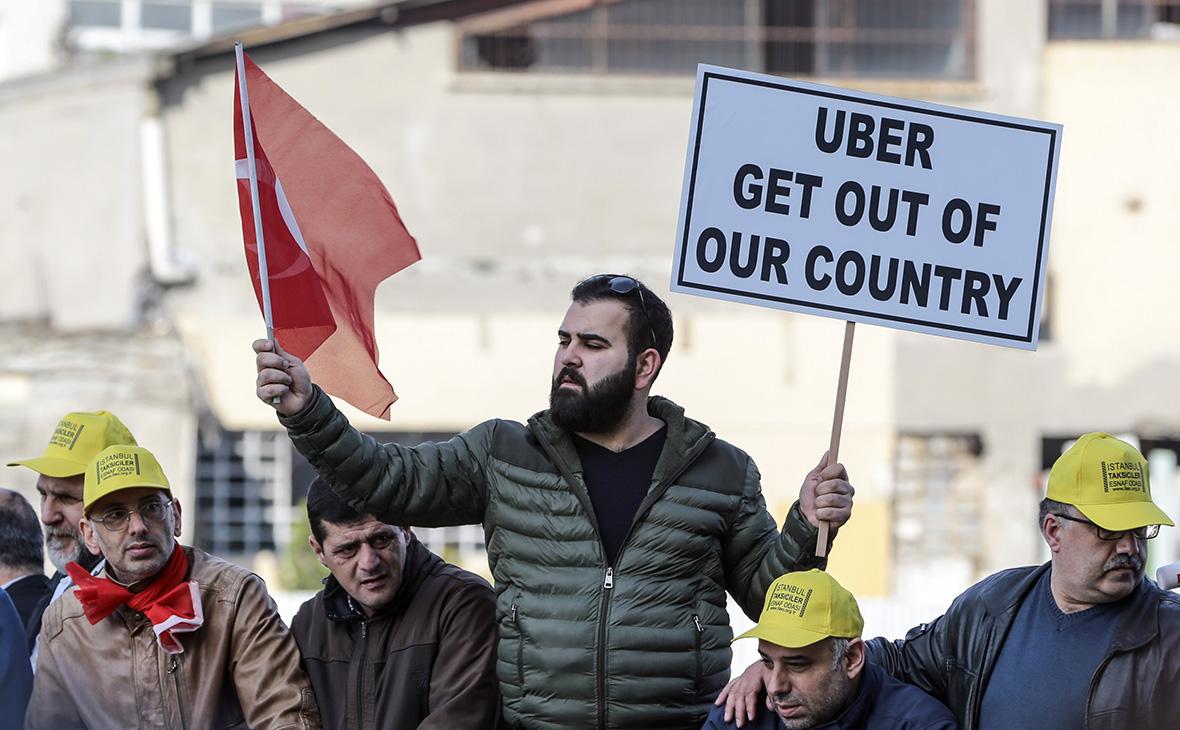 Участники митинга водителей такси противсервиса Uber в Стамбуле. 12 марта 2018 года