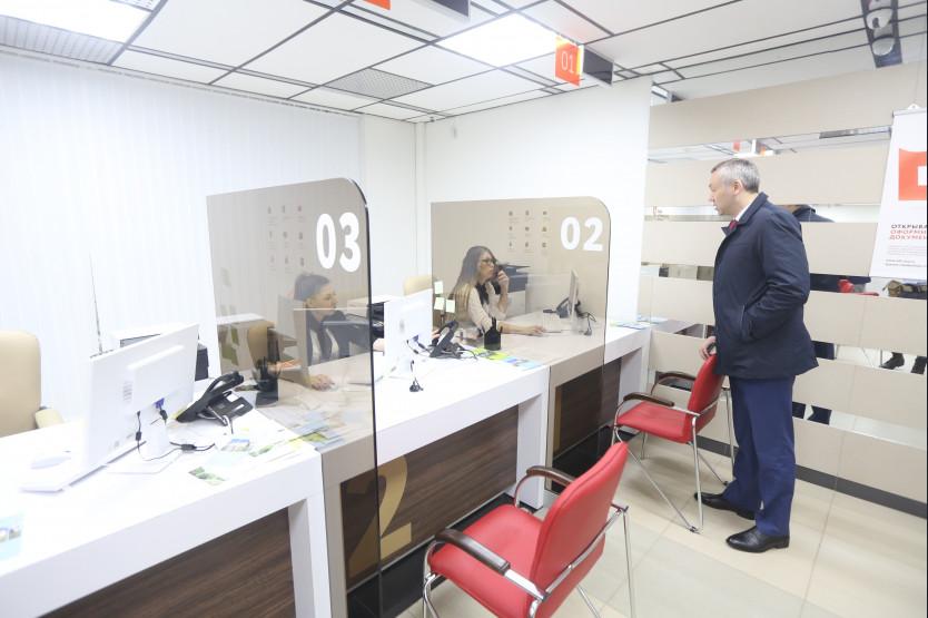 Врио губернатора Андрей Травников во время визита в МФЦ на ул. Державина