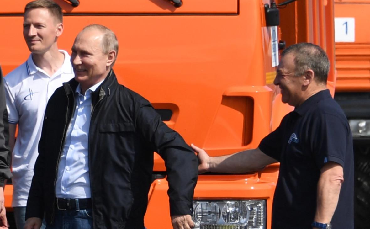 Владимир Путин и Аркадий Ротенберг (справа) у головной автомашины «КамАЗ» после проезда по Крымскому мосту 15 мая 2018 года