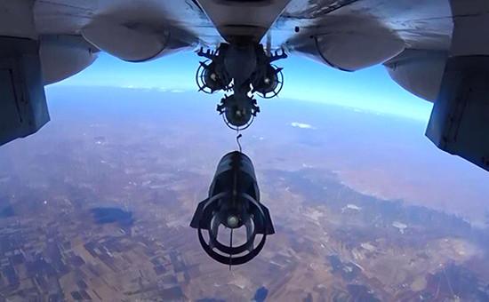 Российский истребитель Су-30 во время бомбометания. Сирия