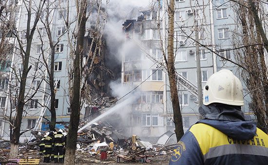 Тушение пожара на месте взрыва бытового газа в жилом многоквартирном доме по улице Космонавтов