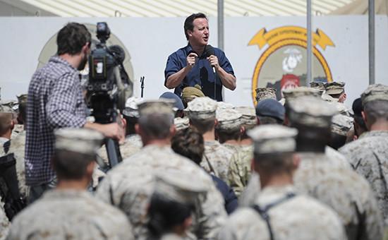 Премьер-министр Великобритании Дэвид Кэмерон на встрече с британскими военными