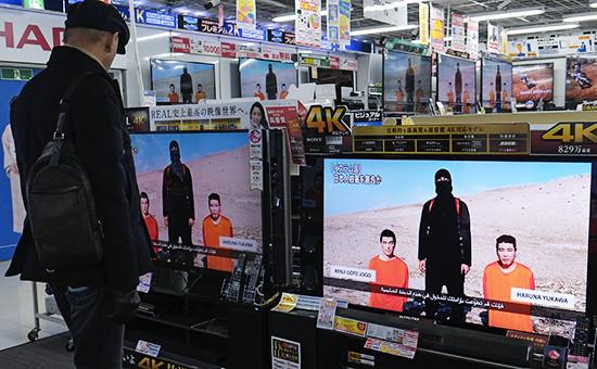 Трансляция выпуска новостей о японских заложниках в магазине. Токио, Япония.