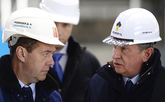 Премьер-министр России Дмитрий Медведев ипрезидент «Роснефти» Игорь Сечин(слева направо)