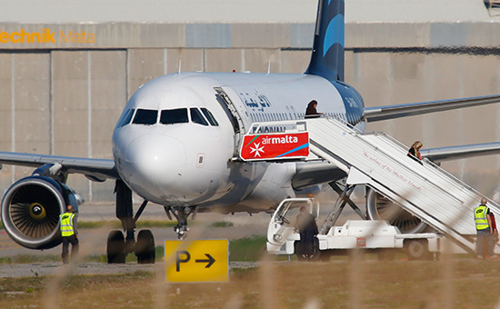Угнанный ливийский пассажирский самолет ваэропорту Мальты