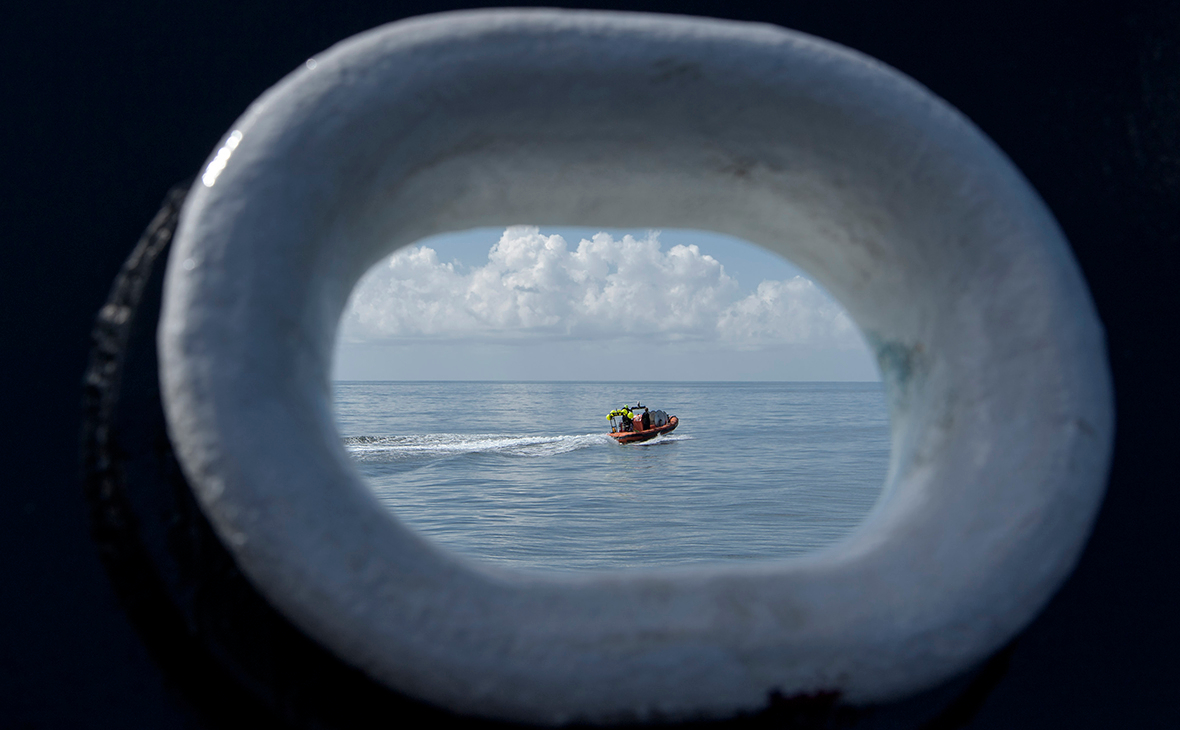 Скоростной катер спешит к месту посадки корабля SpaceX Crew Dragon