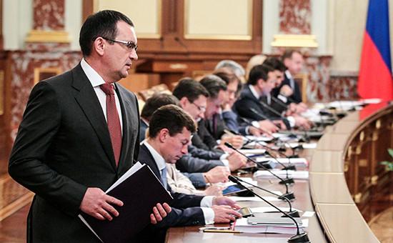 Министр сельского хозяйства РФ Николай Федоров перед началом выступления на заседании правительства РФ в Кремле