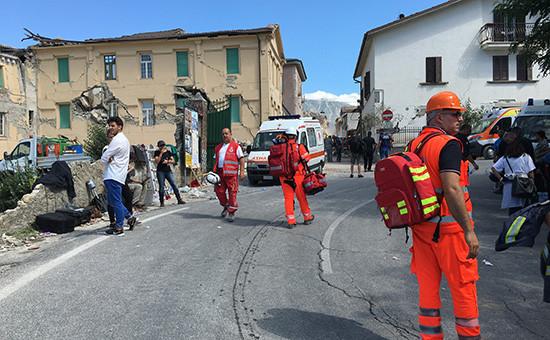 Сотрудники скорой помощииспасатели наодной изулиц города Аматриче послеземлетрясения