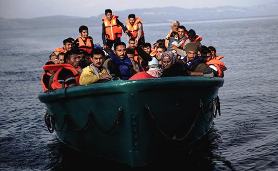 Беженцы имигранты рядомсгреческим островом Лесбос. Ноябрь 2015 года