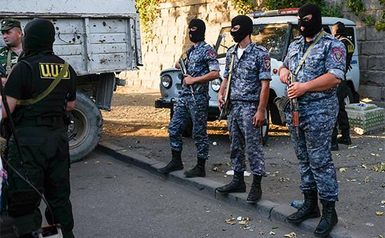 Сотрудники полиции Еревана возле захваченного участка. 23 июля 2016 года