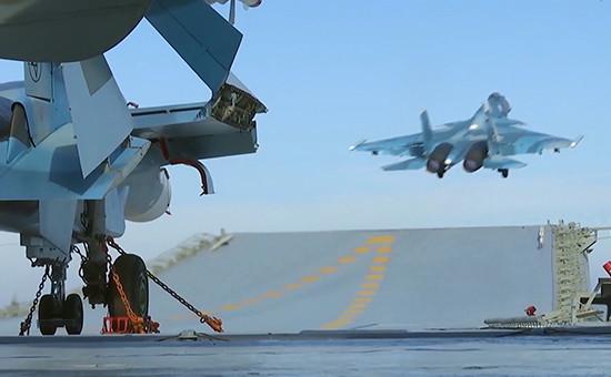 Истребитель Су-33 производит взлет спалубы «Адмирала Кузнецова». 15 ноября 2016 года