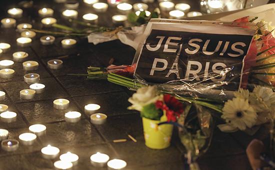 Принесенные парижанами цветы и свечи