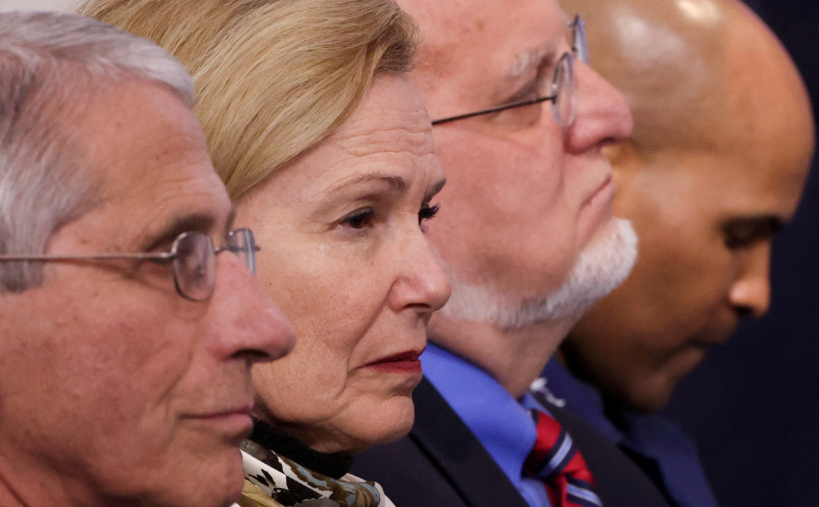 Энтони Фаучи (слева),Роберт Редфилд (второй справа) и участники группы Белого дома по борьбе с коронавирусом