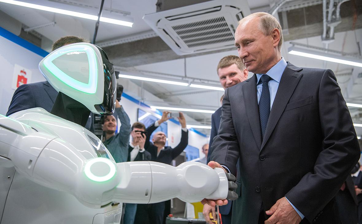 Владимир Путин во время осмотра экспозиции предприятий малого и среднего бизнеса, работающих в сфере цифровой экономики