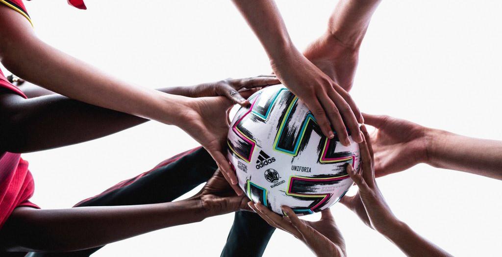 Официальные мячи чемпионатов Европы. Фоторепортаж