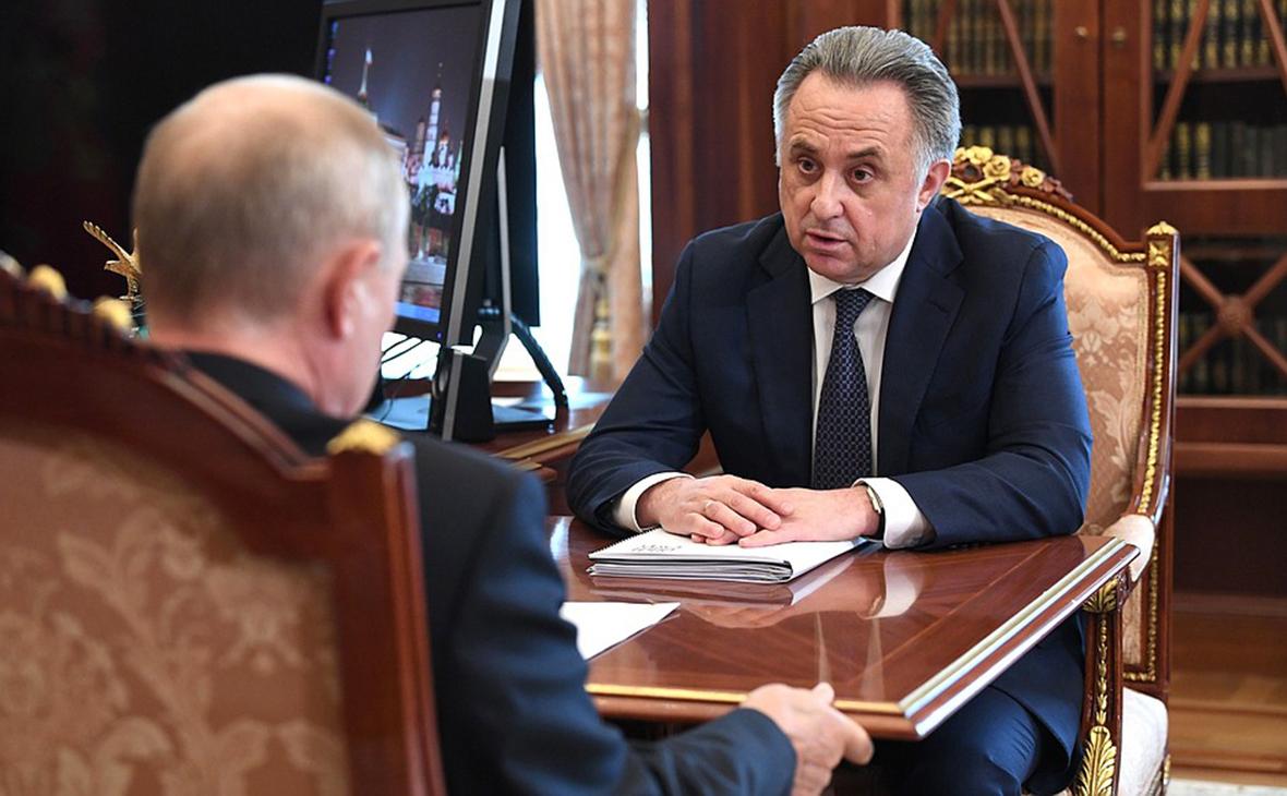 Владимир Путин на встрече с Виталием Мутко (справа)