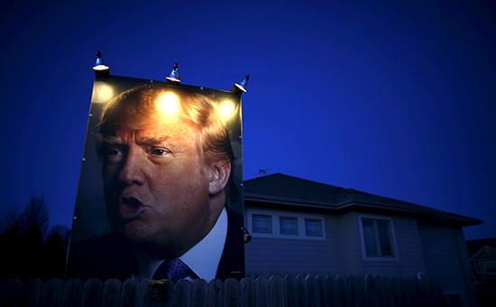 Плакат сизбранным президентом США Дональдом Трампом наодном изамериканских домов