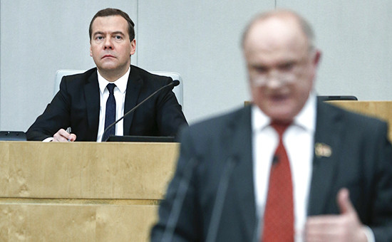 Премьер-министр России, лидер партии «Единая Россия» Дмитрий Медведев (слева) иглава КПРФ Геннадий Зюганов