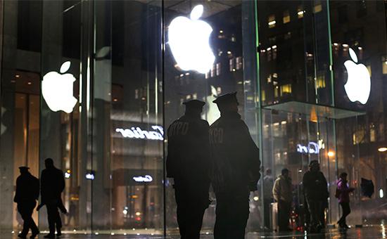 Полицейские у магазина Apple в Нью-Йорке во время демонстрации в защиту пользователей от взлома со стороны спецслужб