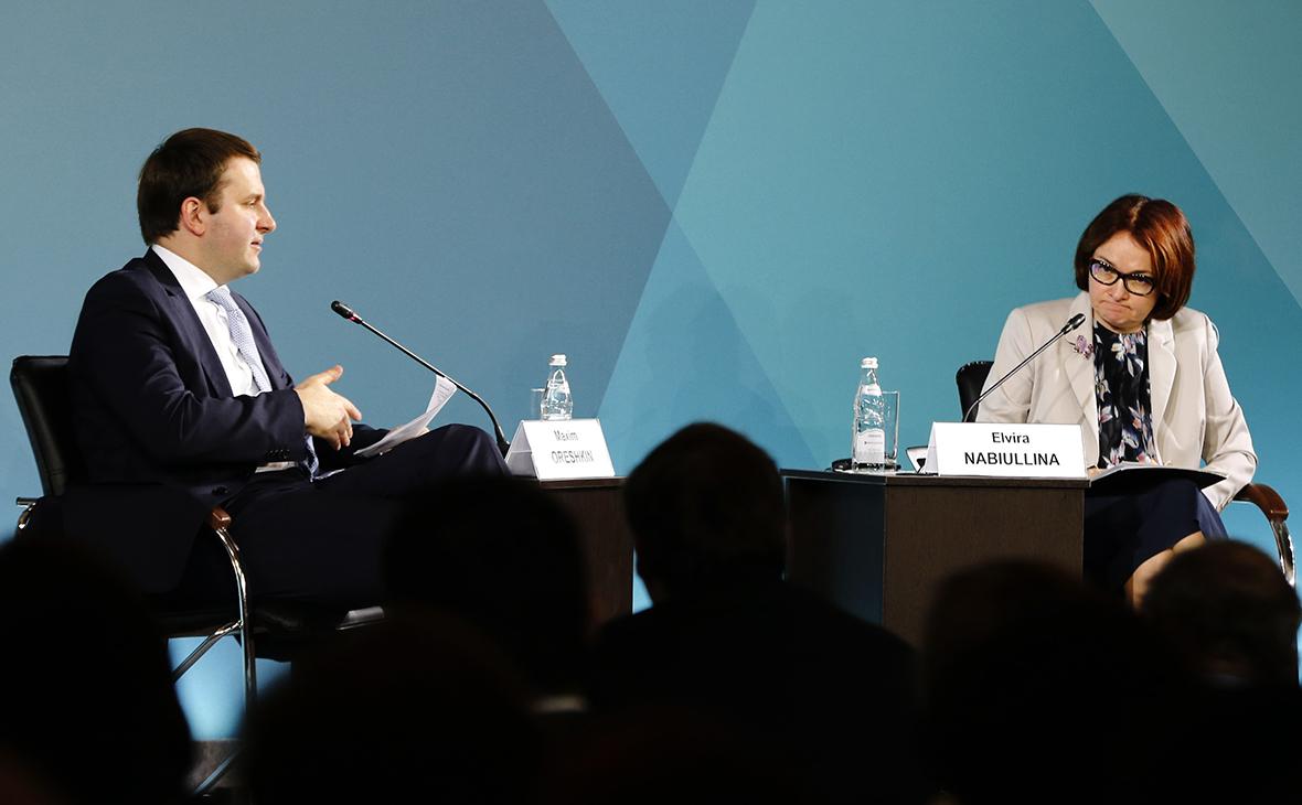 Почему ЦБ и Орешкин так горячо спорят о роли потребкредитов в экономике
