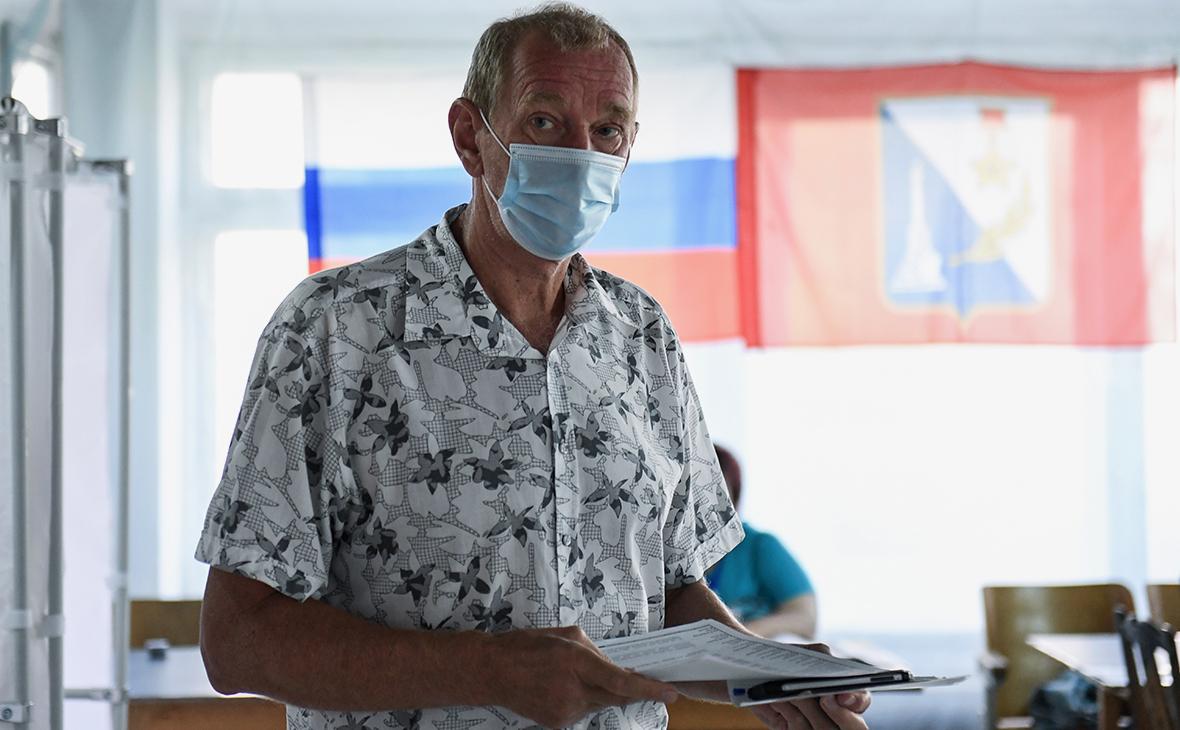 Мужчина на избирательном участке в Севастополе