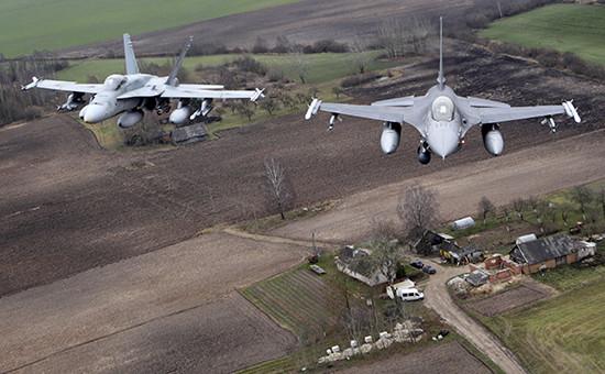 Истребители F-16 ВВС НАТО в небе над Балтией. Фото 2014 года