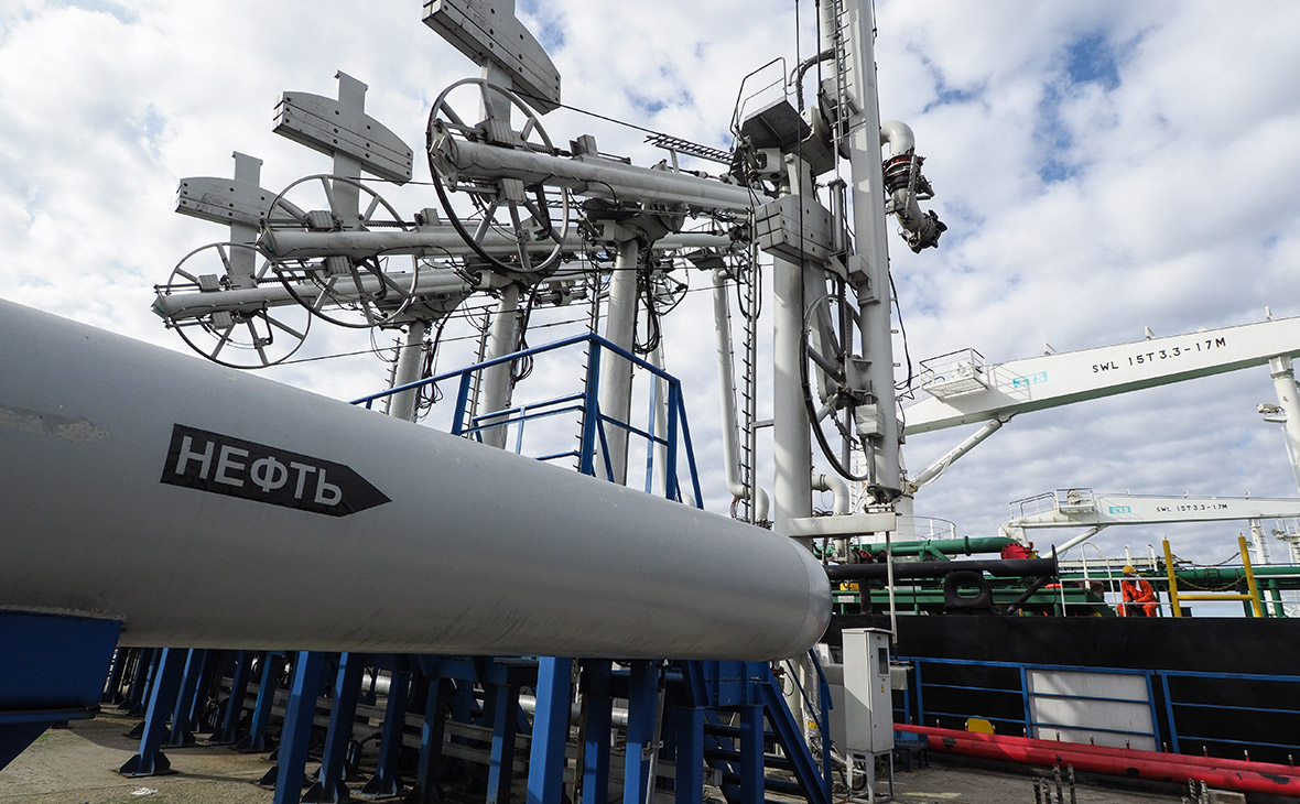 Нефтеналивной терминал в морском торговом порту Усть-Луга
