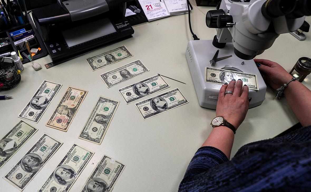 Банки ввезли в страну рекордный с 2014 года объем наличных долларов