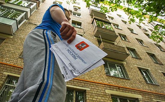 В руках у жителя Москвы единый платежный документ