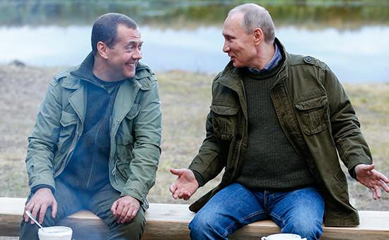 Премьер-министр России Дмитрий Медведев и президент России Владимир Путин (слева направо) во время отдыха на берегу озера Ильмень, 10 сентября 2016 года