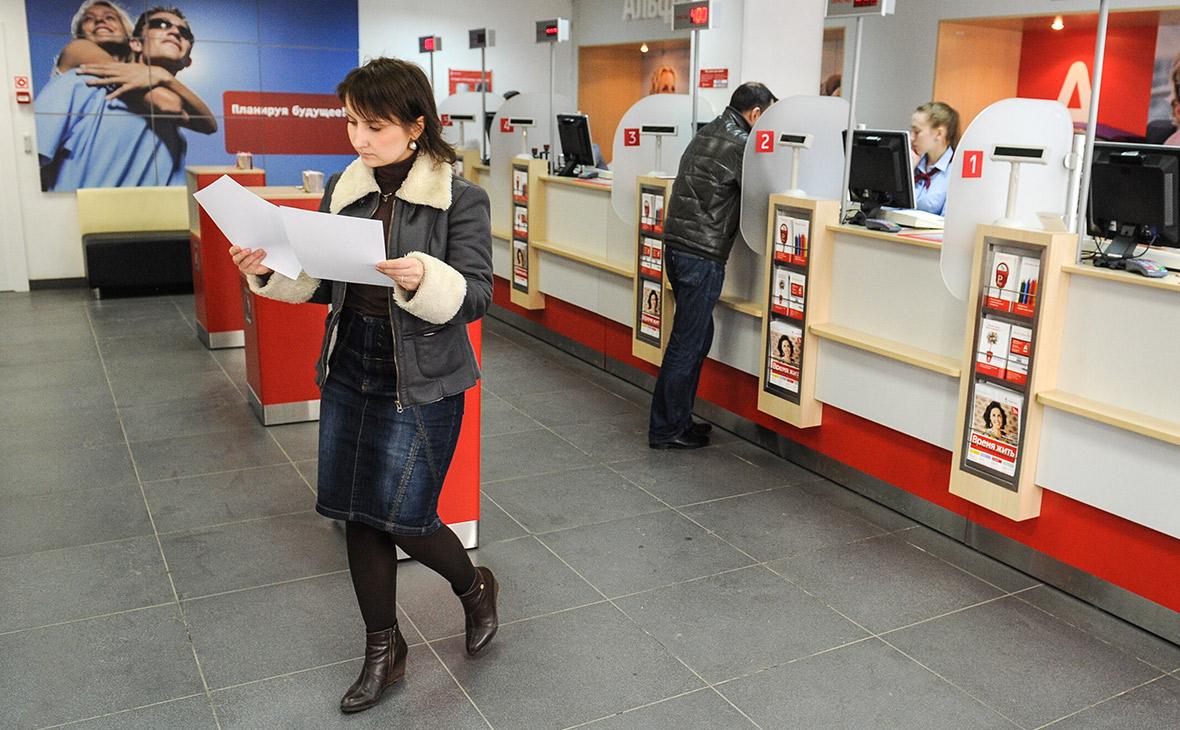 Альфа-банк переведет 20% отделений на обслуживание без паспорта